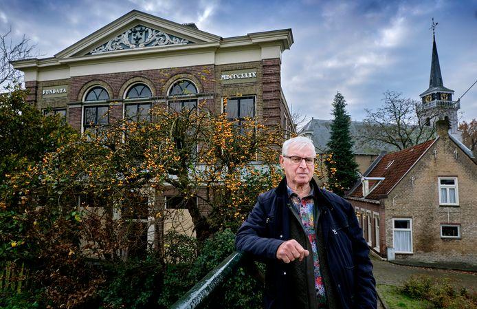 """Gert Kampers, voormalig bewoner van het oude gemeentehuis van Puttershoek, mag van zijn ex-vrouw het verwaarloosde Rijksmonument verkopen. ,,Zij wil wel het laatste woord hebben en dat vind ik terecht."""""""