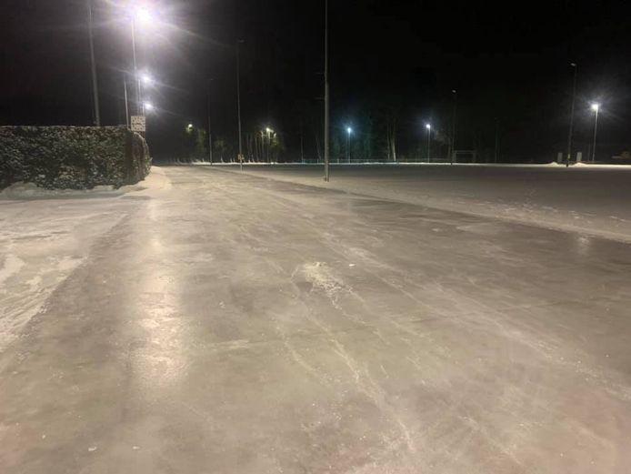 De ijsbaan in Oosterbeek ligt er sinds zondagnacht prachtig bij.
