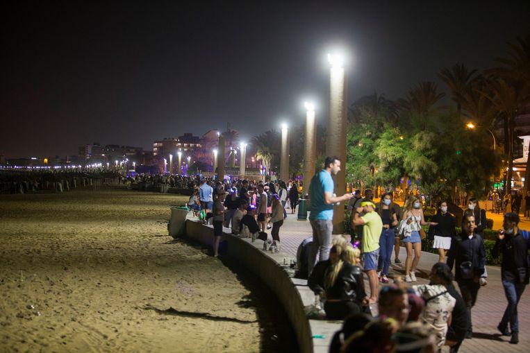 Feestgangers op Palma beach op Mallorca. Beeld REUTERS