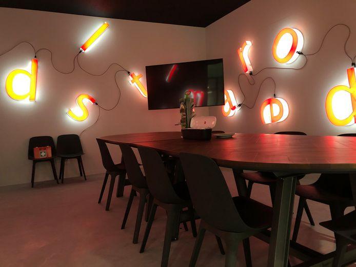 De letters die de oude sporthal sierden, komen als lichtkunstwerk (Nikolai Gillissen) terug in de kantine/vergaderruimte