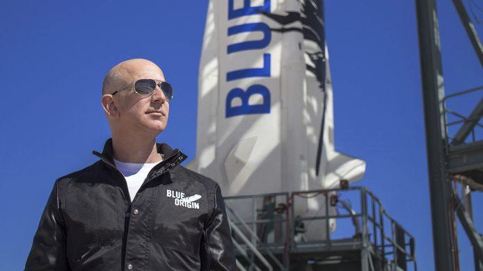 Jeff Bezos voor een raket van zijn ruimtevaartbedrijf Blue Origin.