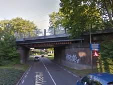 Vrachtwagen ramt spoorbrug in Holten, treinverkeer korte tijd stilgelegd