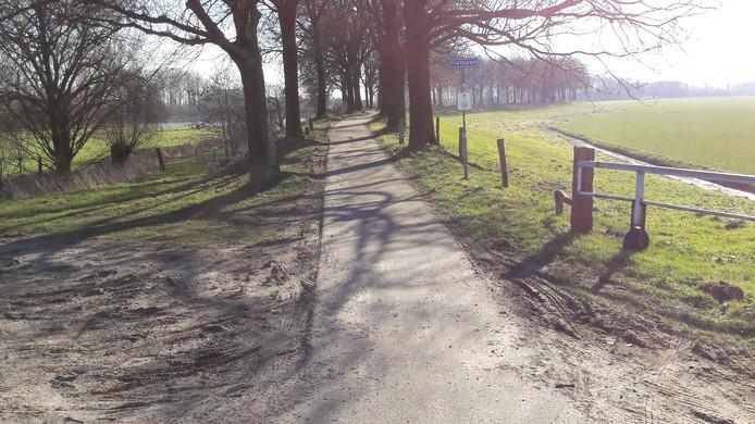 Niet op alle stukken van de Elshoutse Zeedijk is het wegdek aangetast. Hier een gedeelte van het fietspad nabij de Kooilaan, op de grens van de gemeenten Waalwijk en Heusden.