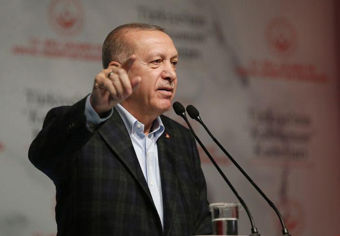 De toch al moeizame relatie tussen Turkije en de EU kwam onlangs verder onder druk te staan door het besluit van Ankara om migranten op weg naar Europa vrije doorgang te verlenen. Turkije zet Europa zo onder druk om steun te verwerven in de strijd tegen het Syrische leger.
