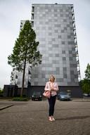 Roos Grefkens bij haar flat in Lankforst. Het is een van de gebouwen op een 'zwarte lijst' met twaalf Nijmeegse panden die mogelijk extra brandgevaar lopen.