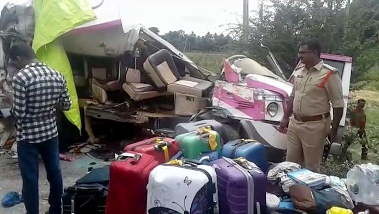 De gehavende bus na het ongeval waar vier Spanjaarden bij omkwamen. Beeld ap