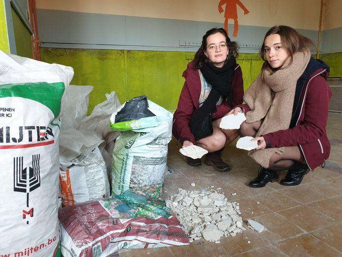 Pam Franken en Marie Stoops bij zakken vol pleister die van de plafonds naar beneden is gekomen.