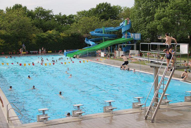 Het openluchtzwembad krijgt tijdens de 'Urban Move' pontons, waarover lopers kunnen passeren.