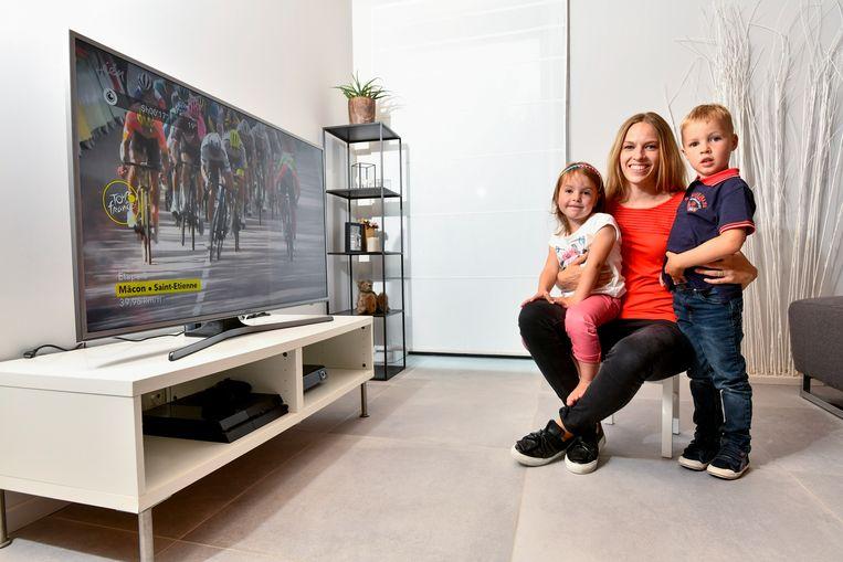 Evelyn Tuytens, de vrouw van Thomas De Gendt, met hun twee kinderen Amber and Timo.