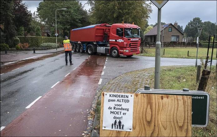 De vrachtwagens werden omgeleid. Foto: Theo Peeters