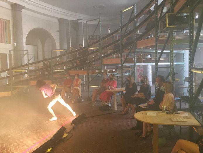 Dansvoorstelling van choreograaf Femke Gyselinck in de buitenruimte van de opera.