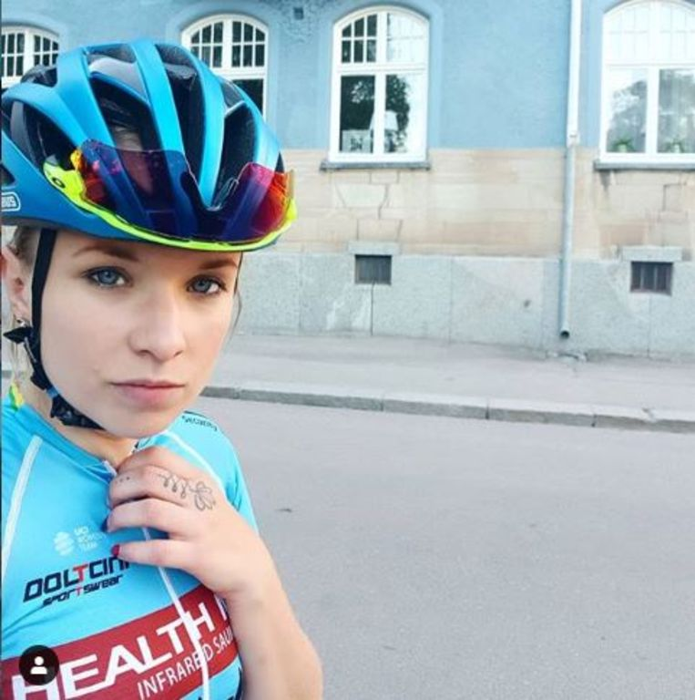Tara Gins als wielrenster van Health Mate