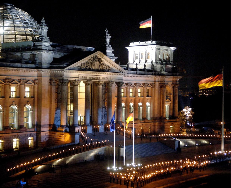 Viering ter gelegenheid van vijftig jaar Bundeswehr voor het Rijksdaggebouw in Berlijn, in 2005 Beeld EPA
