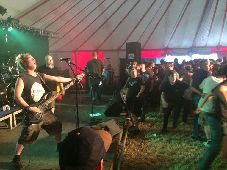 In de tent ging het er bij de optredens weer gezellig ruig aan toe.