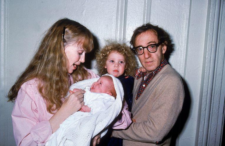 Mia Farrow met in haar armen Satchel. in de armen van Woody dochter Dylan Beeld Life