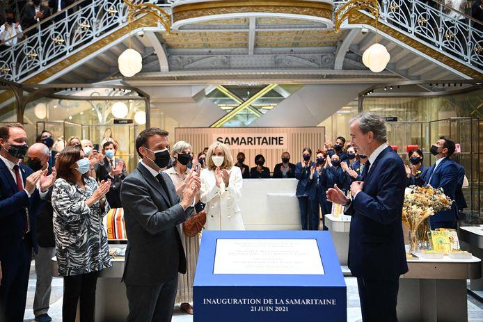 De Franse president Emmanuel Macron (L) en LVMH-oprichter Bernard Arnault (R) tijdens de openingsceremonie.