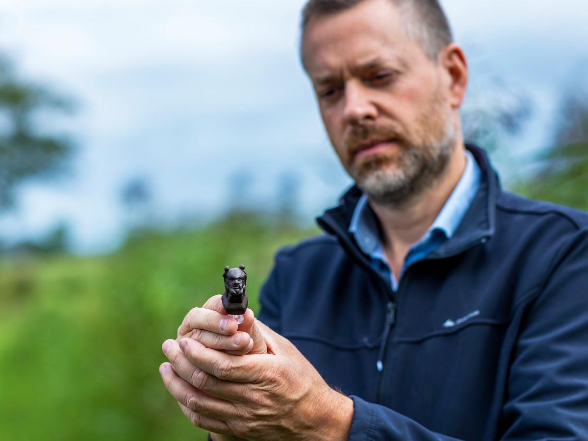 Hobbyarcheoloog Friso Langen met één van zijn topvondsten, een bronzen Silenuskopje.