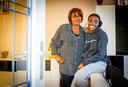 Mireille Karume met haar moeder.