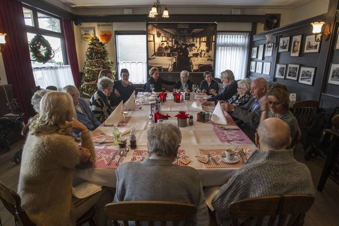 Tien deelnemers aan de eerste Eet met je Hart, woensdag in Waalre.