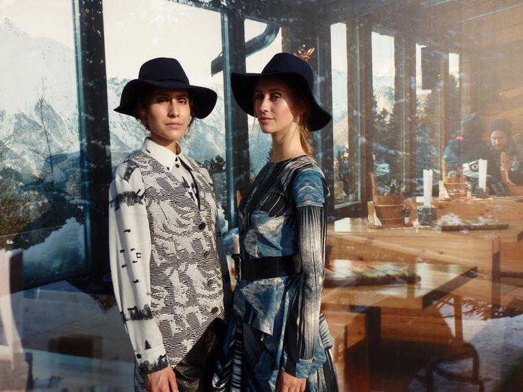 De modellen Mimy Jadoenathmisier (l) en Emily Heinhuis, niet in Tirol, maar gewoon langs de IJpromenade. Beeld Schuim