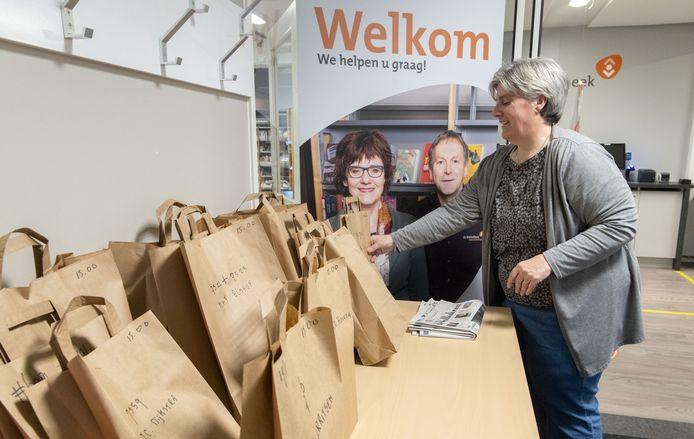 Jacqueline Meddeler zet in Eibergen afhaaltasjes klaar.
