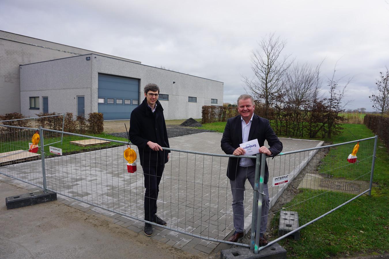 Schepen Stijn Jonckheere en burgemeester Anthony Dumarey in de Verhelststraat, waar het industrieterrein Steengoed in Oudenburg kan uitgebreid worden.