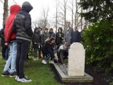 Kinderen maken Doetinchemse oorlogsgraven schoon