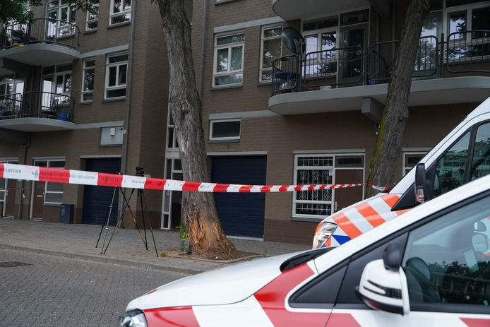 In de woning op de eerste verdieping van de Jan Ligthartstraat is de overleden man gevonden.