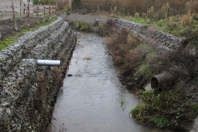 Het afvalwater van de huizen die niet zijn aangesloten op de riolering belandt gewoon in de beken of de grachten.