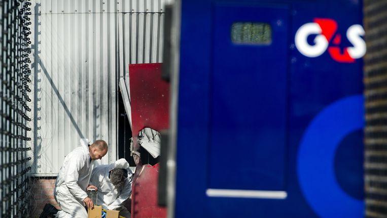 Politie onderzoekt de opgeblazen deuren van een geldtransportwagen na een overval in Nieuwegein Beeld ANP