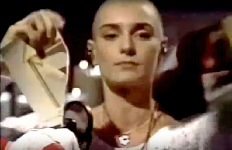 Sinéad O'Connor verscheurt een foto van de paus in 'Satuday Night Live' (1992). Beeld snl
