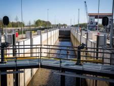 Door een storing weer geen scheepvaart op Twentekanaal: 'Ze weten niet precies wat er aan de hand is'