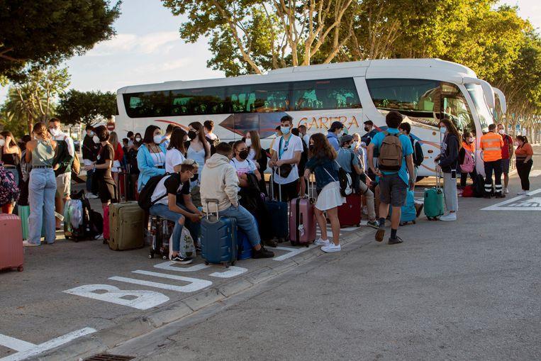 Jongeren met negatieve test verlaten het quarantainehotel. Beeld EPA