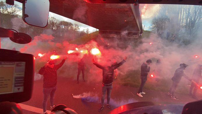 Honderden supporters verzamelden bij een viaduct om de spelersbus, die geflankeerd werd door 120 trekkers, uit te zwaaien