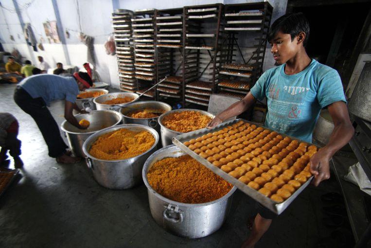 Bij feest hoort eten: hier in Jammu worden traditionele snoepjes gemaakt. Beeld null