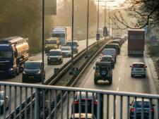 'Linke situatie' als vrachtwagen viaduct raakt op A65 bij Vught: bestuurders lopen weg op om op te ruimen