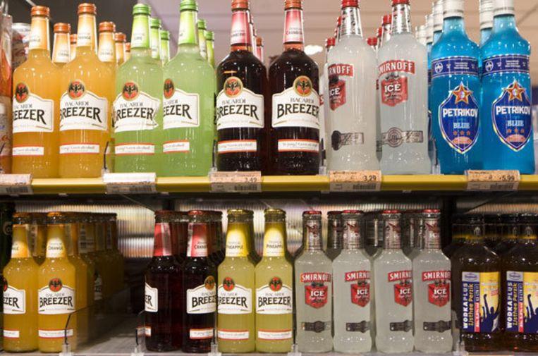 Breezers bij een supermarkt. De Voedsel en Waren Autoriteit (VWA) zet jongeren in om te helpen bij de controle op alcoholverkoop bij sportclubs, evenementen, winkels en slijterijen. Foto: ANP/Koen Suyk Beeld