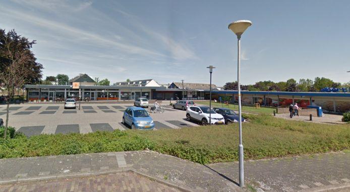 Het voormalige winkelcentrum De Bongerd in 's-Heerenberg Oost. Op de snackbar (links) na, staan de panden leeg.