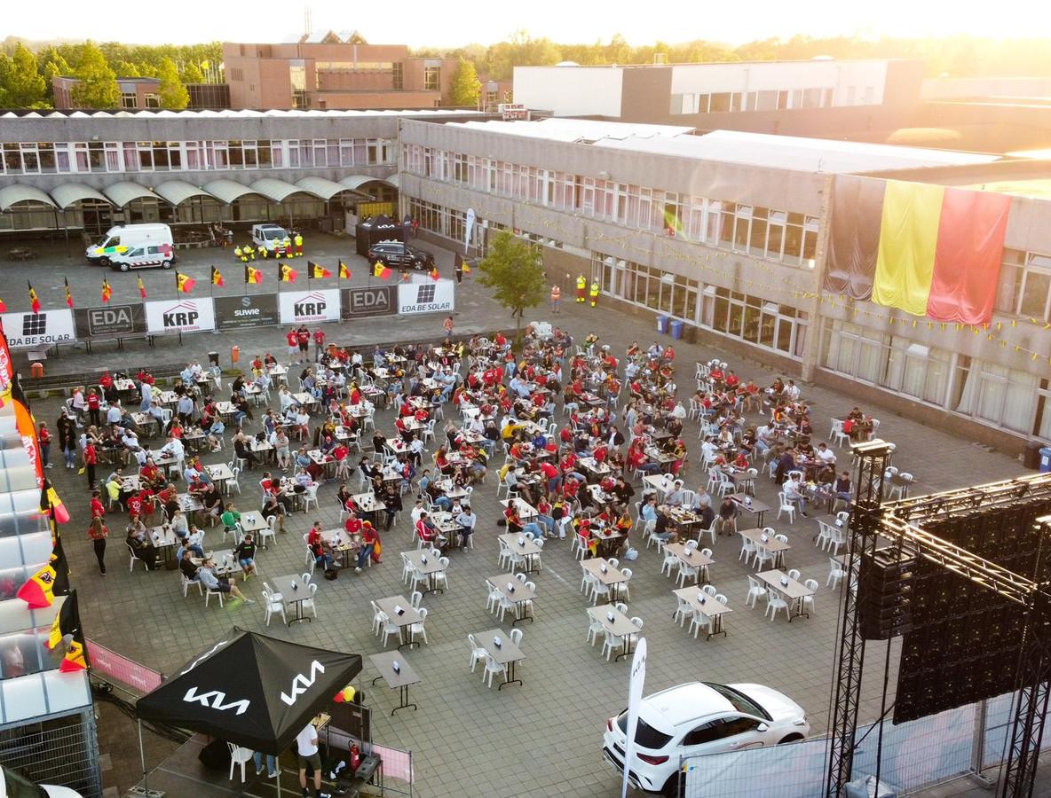 Het grootste EK-scherm van het Meetjesland stond op de koer van het Emmaüsinstituut in Aalter.
