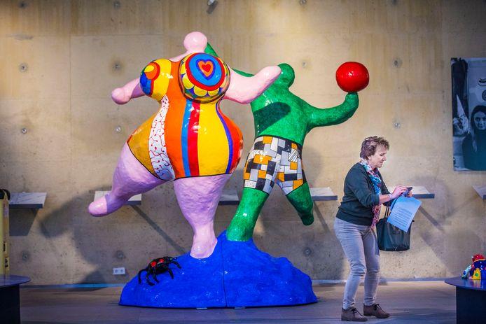 Deze Baigneurs, een vroege aankoop van het echtpaar Theo en Lida Scholten vormen het uitgangspunt van de kleurrijke tentoonstelling van Nike de Saint Phalle.