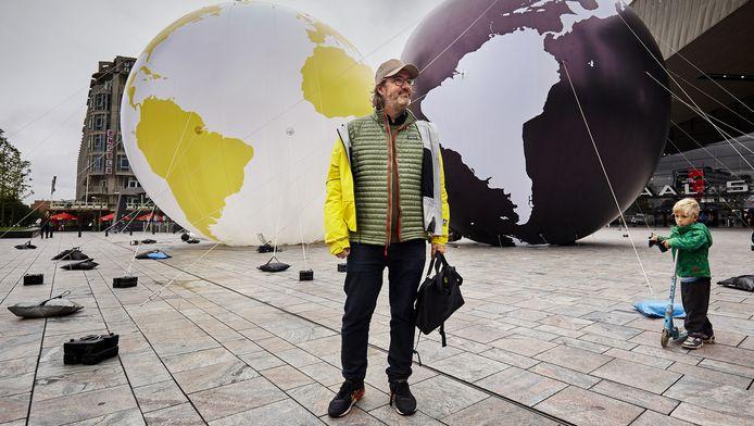 Kunstenaar Olafur Eliasson tijdens een test met de bollen op het Stationsplein.