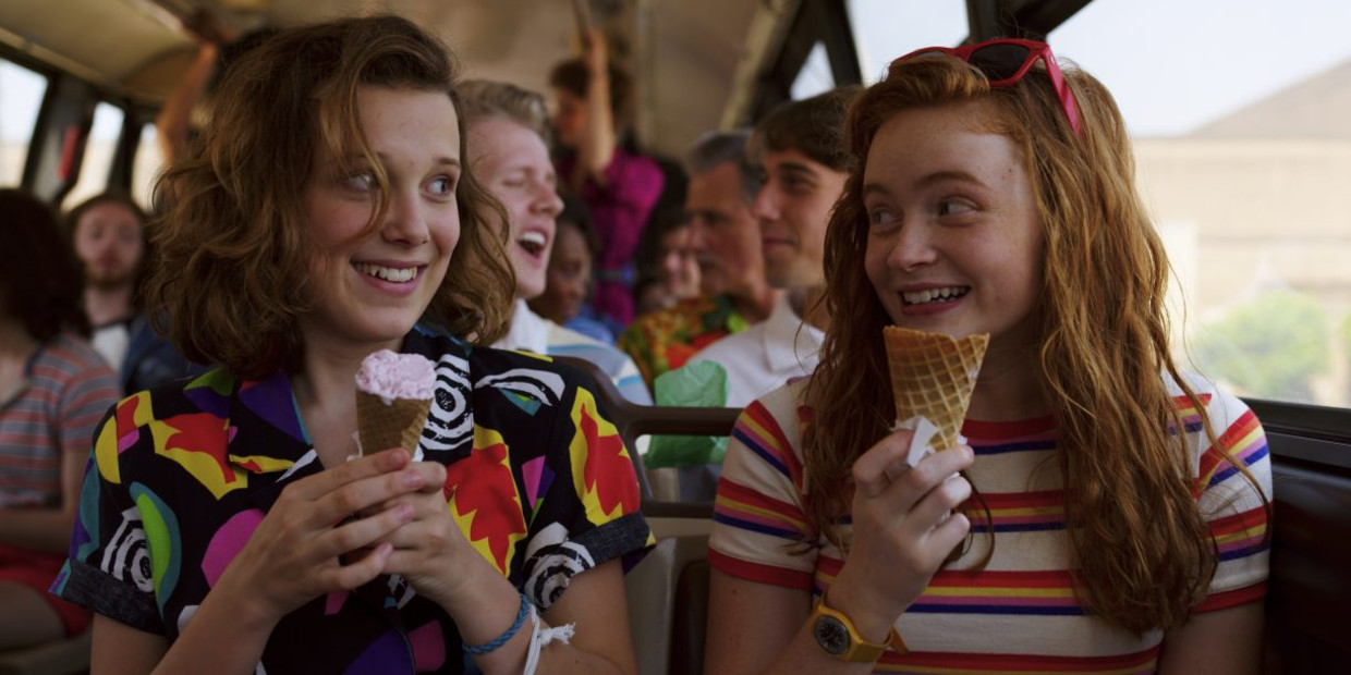 Millie Bobby Brown (Eleven) en Sadie Sink (Max) in het derde seizoen van 'Stranger Things'.