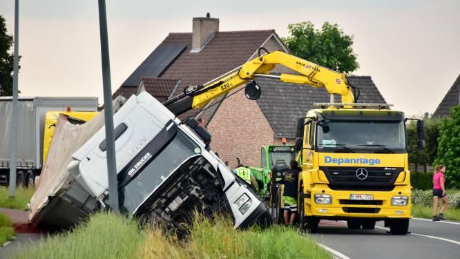 Poolse trucker belandt na uitwijkmanoeuvre in gracht, urenlange verkeershinder