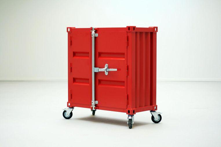 Vuurtorenrood kabinet 'Pandora' van Studio Sander Mulder. 103 x 50 x 100 cm, vanaf € 1.850. sandermulder.com Beeld .
