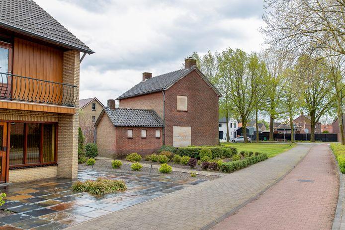 Het huis met dichtgetimmerde ramen aan de Schoolstraat in Reusel.
