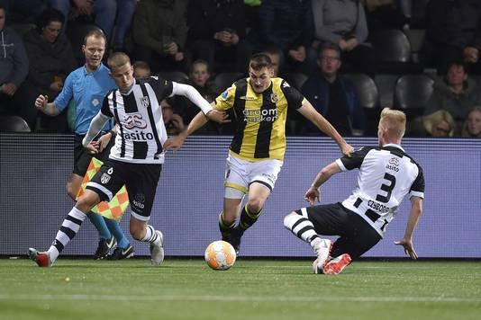 Dario van den Buijs en Lennart Czyborra proberen Vitesse-speler Matus Bero van de bal te lopen.