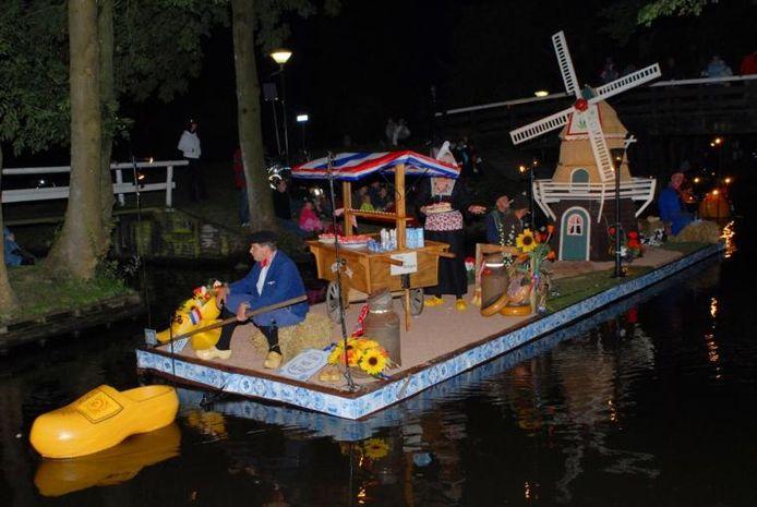 De gondel 'Ik hou van Holland' sleepte tijdens de Giethoornse Gondelvaart de eerste prijs in de wacht. foto Sieb van der Laan