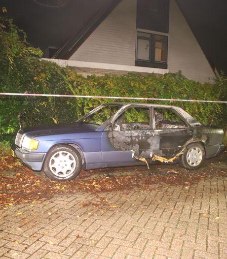 Oude Mercedes brandt uit in Culemborg, omstanders zien persoon met jerrycan