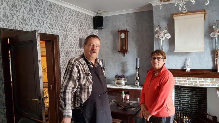 Jaak en Magda in een van de twee 'woonkamers' van hun bistro.