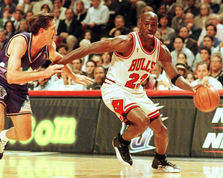 Michael Jordan van de Chicago Bulls dribbelt voorbij Jeff Hornacek van de Utah Jazz tijdens de NBA-finales in 1997. Beeld AFP